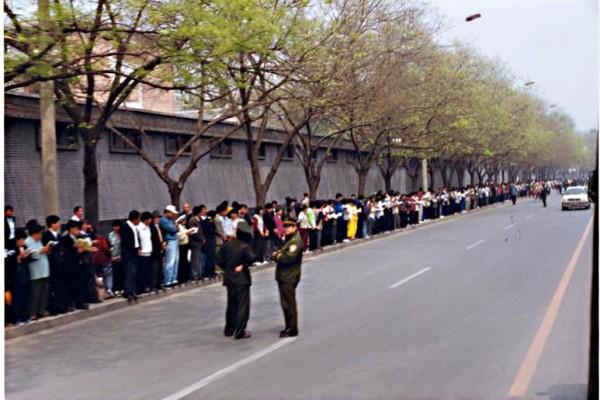 1999年4月25日,超過一萬名法輪功學員自發到北京中南海,向政府反映法輪功的真實情況和自身修煉的切身體會。當天這些普通民眾沿街而站,井然有序,靜靜讀書者眾,與事後中共的造謠宣傳形成鮮明對比,孰是孰非,一目了然。(明慧網)
