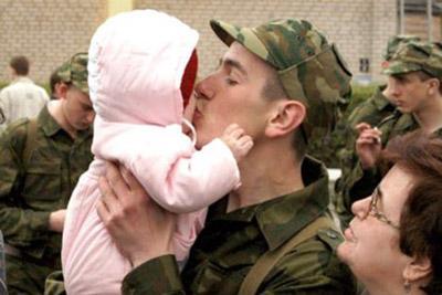 Ребенок с отцом призывником