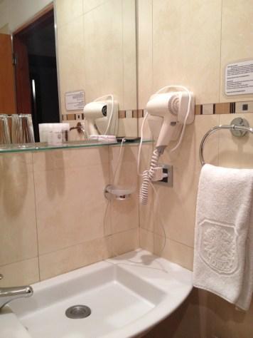 Saber se o banheiro tem secador em locais frios é fundamental.