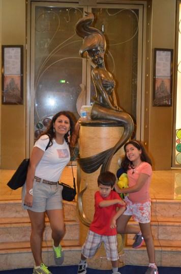 Estátua de Ariel em frente ao Triton's