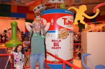Na fila do Toy Story Mania!