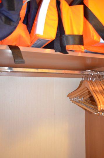 Guarda-roupa com salva-vidas