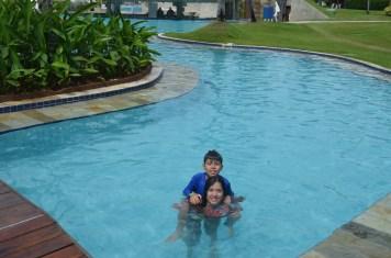 Brincadeira na piscinaBrincadeira na piscina