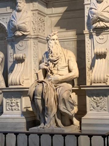 A estátua de Moisés decora a parte central da tumba do Papa Júlio II