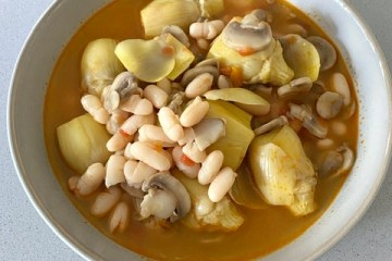 Sopa de alubias con alcachofas