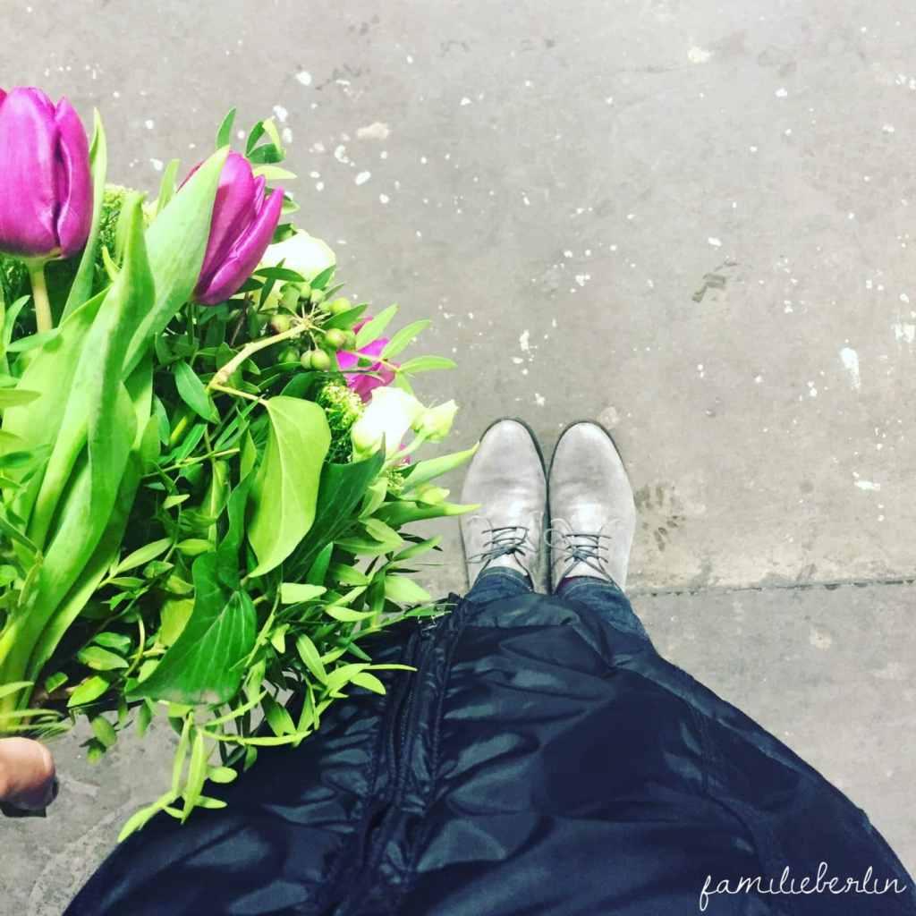 Blumen, Bahnsteig, Schuhe, Warten