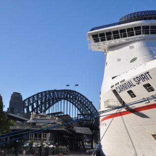 (C) Jule Reiselust: Kreutfahrtschiff im Sydney Harbour vis a vis zur Oper