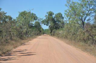 (C) Jule Reiselust: Gravel Road zum Litchfield Safari Camp. Bis zu 12 km dürfen wir auf unbefestigten Straßen fahren um einen Campground oder einen Parkplatz zu erreichen. Spaß macht es allerdings mit einem 2WD-Camper nicht - es hört sich an, als ob sämtliches Geschirr zerspringt.