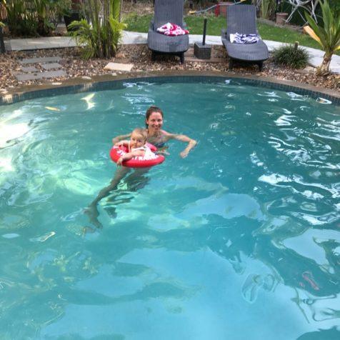 (C) Jule Reiselust: Jule und Noah im Pool im Airbnb in Darwin.