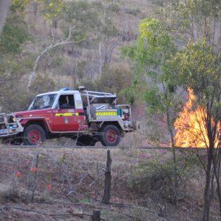 (C) Jule Reiselust: Die Feuerbrigade kontrolliert das Feuer.