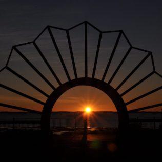 (C) Jule Reiselust: Sonnenaufgang durch das ANZAC-Memorial in Onslow gesehen.