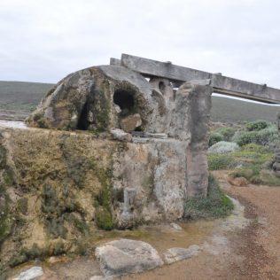 (C) Jule Reiselust: Mit diesem Wasserrad wurde einst die kleine Siedlung am Leuchtturm versorgt. Heute ist es ganz verkalkt und läuft nicht mehr.
