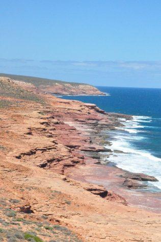 (C) Jule Reiselust: Rote Sandsteinklippen fallen in den Indischen Ozean ab (vom Red Bluff aus gesehen).