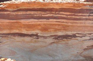 (C) Jule Reiselust: Auf einer Wanderung im Rainbow Valley kann man besonders gut die Sandsteinschichten, die die Schluchten des Kalbarri Nationalpark prägen, bewundern.