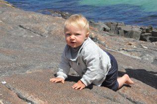 (C) Jule Reiselust: Noah klettert auf den Elephant Rocks.