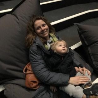 (C) Jule Reiselust: Jule und Noah relaxen auf der Tribüne und betrachten das Schauspiel auf der Matterhorn-Installation.
