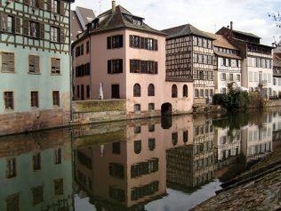(C) Jule Reiselust: Kleine mittelalterliche Häuser an den Kanälen der Grand Île.