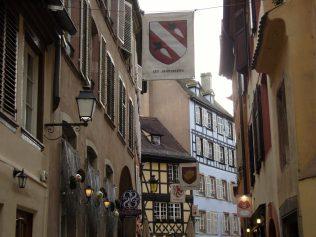 (C) Jule Reiselust: Zunftschilder weisen auf den mittelalterlichen Ursprung der Stadt Straßburg hin.