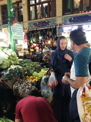 (C) Jule Reiselust: Jule bekommt Hilfe von einem netten Deutsch-Iraner beim Gemüseeinkauf auf dem Basar. Gut, dass der Mann ein Restaurant in Hamburg betreibt und genau wusste, was ich für ein Ratatouille brauche.