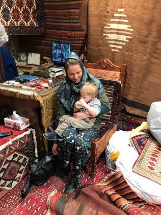 (C) Jule Reiselust: Jule und Noah beim Teppichkauf.