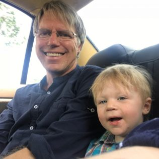 (C) Jule Reiselust: Ulla und Noah im Taxi.