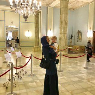 (C) Jule Reiselust: Jule mit Noah in der Marmorhalle des Weißen Palast.