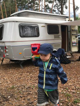 (C) Jule Reiselust: Noah erkundet gleich nach Ankunft den Campingplatz in Thussis.