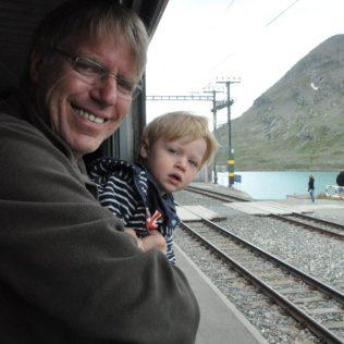 (C) Jule Reiselust: Ulli und Noah am höchsten Punkt der Strecke, dem Bahnhof Ospizio Bernina.