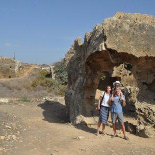 (C) Jule Reiselust: Wir drei auf unserem Spaziergang über das Ausgrabungsgelände der Königsgräber in Pafos.