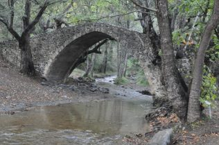 (C) Jule Reiselust: Die Kelefos Brücke überquert den Diarizos.