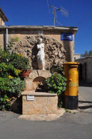 (C) Jule Reiselust: Aphrodite überall - hier ein hübsch gestalteter Brunnen in Neo Chorio.