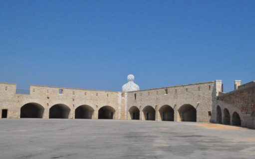 (C) Jule Reiselust: Blick auf den Nomaden von Jaume Plensa am Hafen von Antibes.