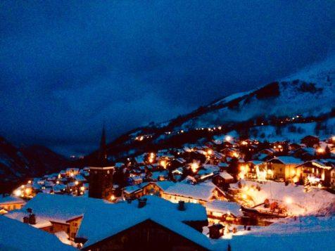 (C) Jule Reiselust: Saint-Martin-de-Belleville bei Nacht.