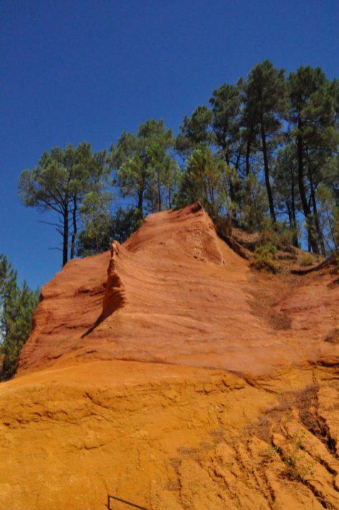 (C) Jule Reiselust: Felsen auf dem Ockerlehrpfad in Roussillon.