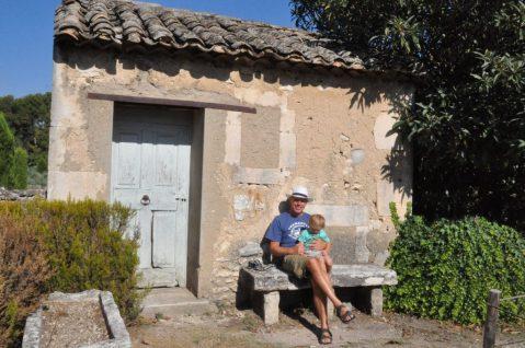 (C) Jule Reiselust: Ulli und Noah auf einer Bank im Garten des ehemaligen Sanatorium Saint-Paul-de-Mausole.