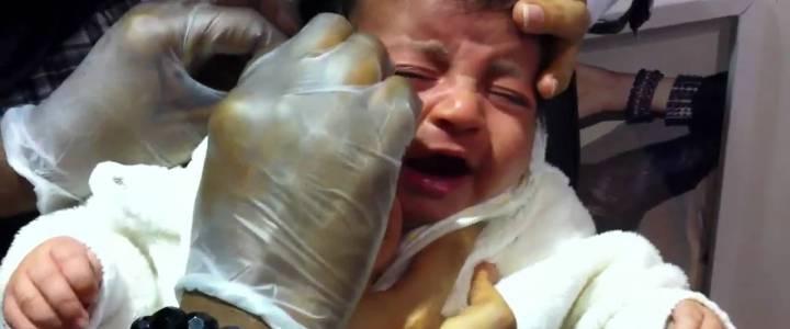 Video: Oor-gaatjes bij baby's. Traditie of kindermishandeling?