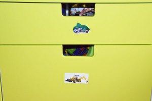 kinderzimmer-ordnung-schrank-mit-bildern-zum-afraeumen