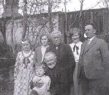Cæcilie Marie hos sin svigerfar med svigerfamilien.