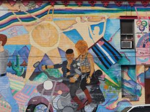 Eine Regenbogenfamilie unterwegs - Dykes on bikes im Castro Viertel, San Francisco
