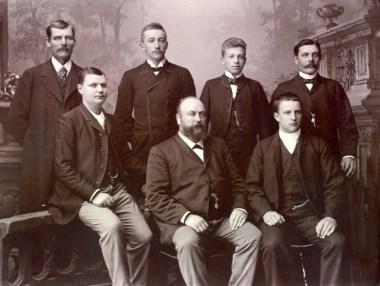 Företaget Bachman, Åberg & Co. med unge John Alfort till höger på nedre raden. Vänligen inskickat av Marie-Louise Bachman.