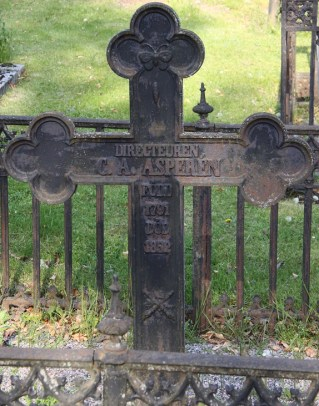 Wilhelms pappa C. A. Asperén var en betydande man i trakten. Klosters kyrkogård, Eskilstuna.