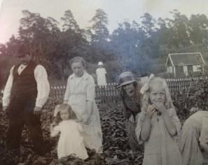 Oskar och Ellen med familj. Originalet är på väg.