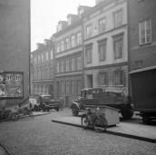 Lästmakargatan 13 närmast, bakom lastbilen, i 1946. Den ursprungliga antikvitetsaffärn låg på 2. våningen.