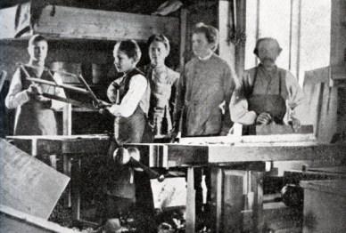 C. P. Johanssons möbelverkstad i Tranås i slutet på 1870-talet. Det är mycket möjligt att Axel og Frans Oskar var lärjungar här. Lärjungarna sov i våningssängarna i bakgrunden. Nr. 2 från höger är mäster själv. Källa: Från Sommabygd till Vätterstrand V (1955).