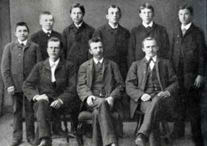 De anställda på Tranås' första möbelverkstad i mitten av 1880-talet. Kanske Axel och Frans Oskar var bland dem? På första raden sitter tre av Tranås' möbelindustris pionjärer, J. A. Pettersson, C. P. Johansson og K. J. Sandberg. De producerade bl.a. pinnstolar, en nyhet som hade uppfunnits i Svenarum i Småland ca. 10 år tidigare, förmodligen med inspiration från Amerika. Järnvägarnas intåg i Tranås möjliggjorde storstilig produktion och försäljning.