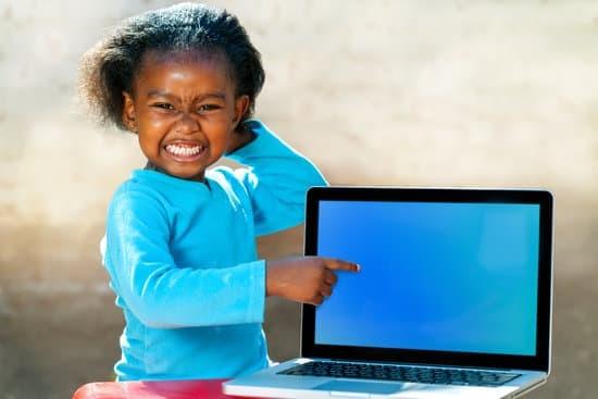 une petite fille devant les écrans
