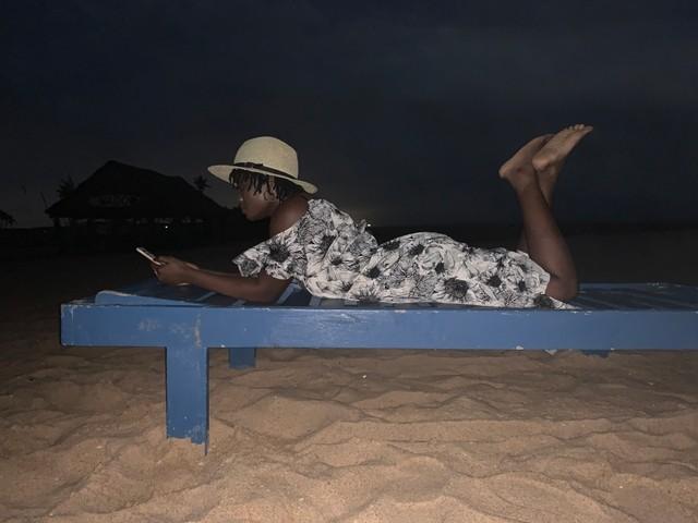 Une adolescente africaine qui écoute de la musique