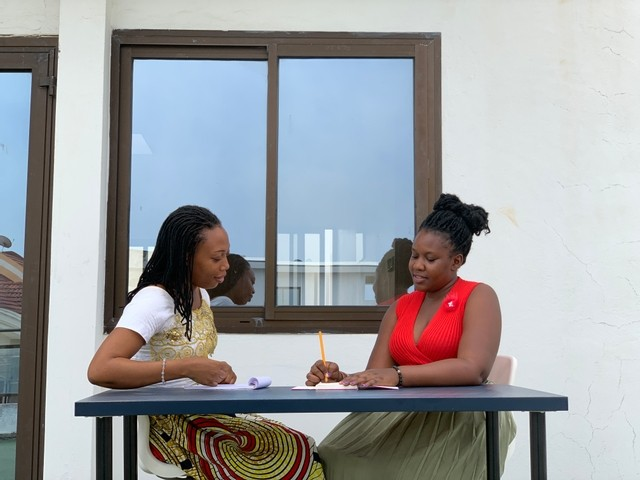 deux femmes afro qui discutent