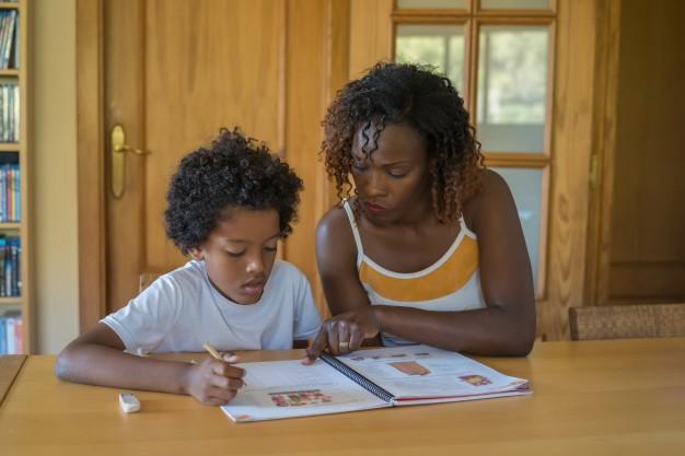 Une maman qui étudie avec son enfant