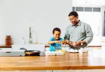 un garçon afro qui cuisine